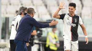 Cristiano Ronaldo och Maurizio Sarri ger high five.
