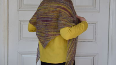 Stickad sjal över axlarna på en person 84c17fb665585