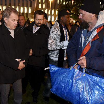 President Sauli Niinistö gästade De bostadslösas natt i Berghäll i Helsingfors den 17 oktober 2015.