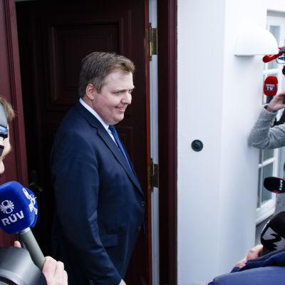 Sigmundur Davíð Gunnlaugsson lämnar Islands presidents bostad den 5 april.
