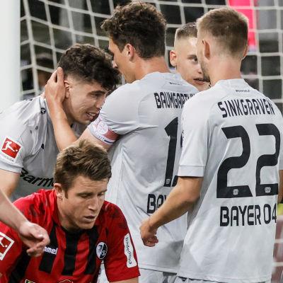 Leverkusen spelarna firar med Kai Havertz.