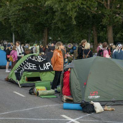 Elokapinas demonstranter har slagit upp tält på Mannerheimvägen i Helsingfors.