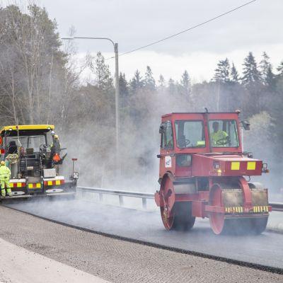 Asfaltointia tiellä 107 Sipoon ja Helsingin rajalla.