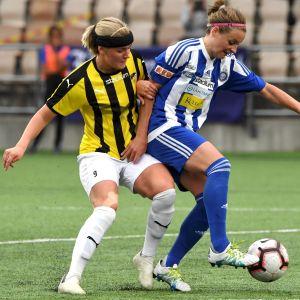 Honkas Jasmin Leppioja och HJK:s Essi Sainio kämpar om boll.