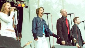 Ultra Bra yhtyeen jäseniä Radiomafian kesäkonsertissa 2001