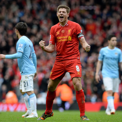 Steve Gerrard jublar efter att Liverpool vann med 3-2 över Manchester City och kopplade greppet om Premier League-titeln