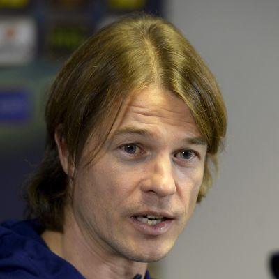 Mika Lehkosuo under en presskonferens november 2014.