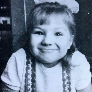 Neljävuotias Kylli Kukk virnistää kameralle.