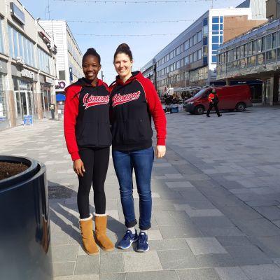 Claire Lamunu ja Camille Zimmerman Kouvolan keskustassa