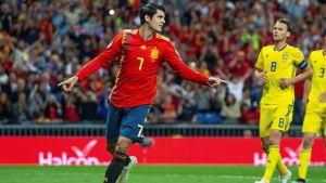 Alvaro Morata sträcker ut armarna