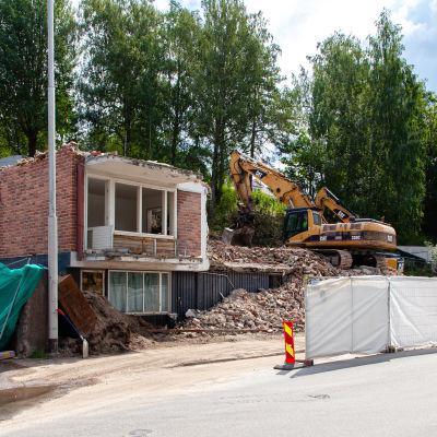 Ainonkatu 29 kerrostalon purkutöitä Lappeenrannassa, talo melkein kokonaan poissa.