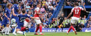 Alex Iwobi skjuter mål mot Chelsea.