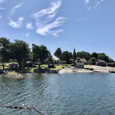 Sommarvy över ön Sandholm i Åbolands skärgård.
