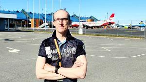 Eero Pärgmäe, kommersiell chef på Tallinns flygplats med några flygplan i bakgrunden.