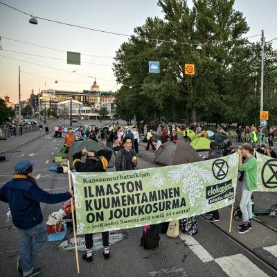 Ympäristöliike Elokapinan mielenosoitus myöhään illalla Mannerheimintiellä Helsingissä 17. kesäkuuta 2021.