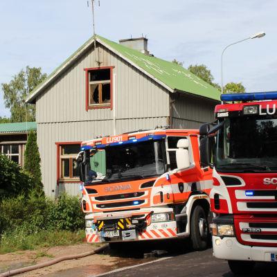 Hus och brandbilar
