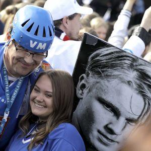 Finska fans firar guldvinsten.