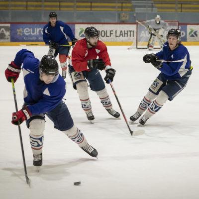 Hermeksen pelaajia harjoittelee jäällä.