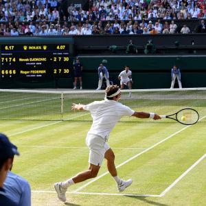 Roger Federer och Novak Djokovic spelade i nästan fem timmar på Wimbledons centercourt.