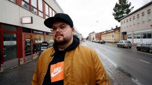 Joel Rönn (Seesar XL) på en gata i Vasa.