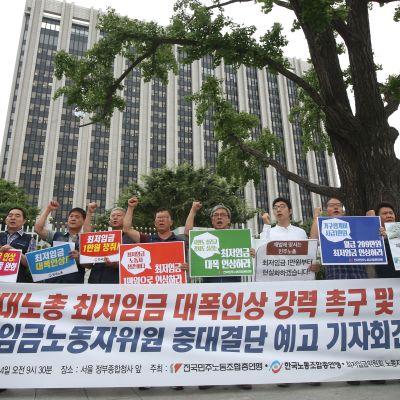 Nopean talouskasvu on tuonut vaurautta, mutta myös lisännyt tuloeroja Etelä-Koreassa. Minimipalkan nostamista vaativat mielenosoittajat parlamentin edustalla Soulissa heinäkuun 4. päivänä.