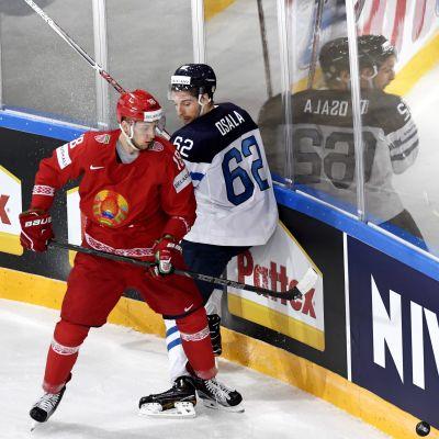 Kristian Khenkel och Oskar Osala slåss om pucken.