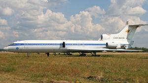 Vedyllä toimivaa moottoria testannut Tupolev Tu-155 Zhukovskin lentolentän laidalla.