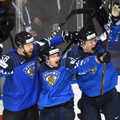 Jani Hakanpää, Sakari Manninen och Harri Pesonen jublar efter Lejonens segermål.