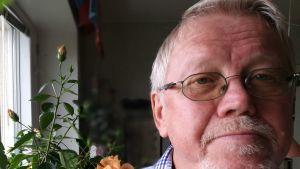 Föfattaren Lars Sund intill hisbiskusen i hans kök hemma i Uppsala. September 2018.