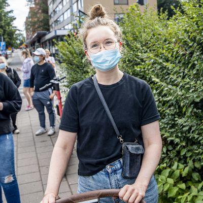 Ella Toiviainen väntar på coronavaccin på tavastgatan.