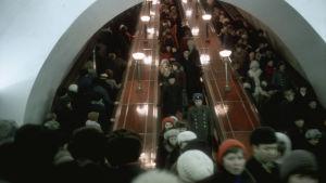 Ihmisiä Leningradin metroaseman liukuportaissa.v. 1980