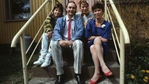 Kyllä isä osaa sarjan päähenkilöt. Näyttelijöinä Tom Lindholm isänä, Tuija Ernamo äitinä ja Maiju sekä Jarno Jokinen perheen lapsina.