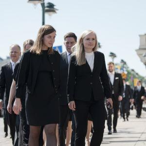 Li Andersson ja Maria Ohisalo kävelemässä Presidentinlinnan edustalla.