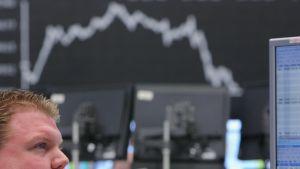Tysk aktiemäklare tittar på fallande börskurser