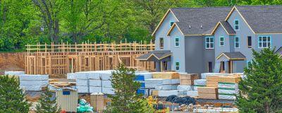 Ett husbygge omringat av byggnadsmaterial.