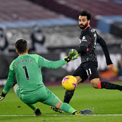 Mohamed Salah ger Liverpool ledningen med 2–0.