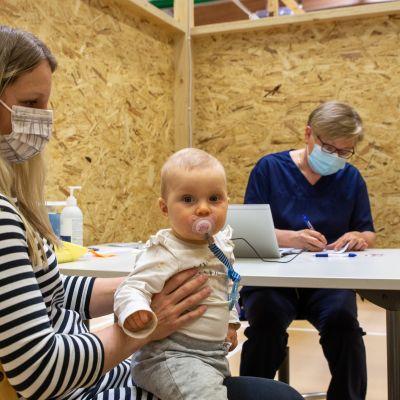 Riina Lappi ottaa rokotuksen Lohjalla ja menossa mukana on 9 kuukauden ikäinen Vilja Lappi.