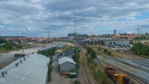 Vy över Århus med järnvägsdepå i förgrunden