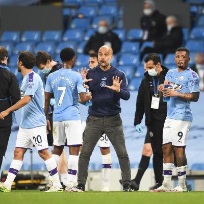 Manchester City-tränaren Pep Guardiola ger instruktioner till sina spelare i matchen mot Arsenal.