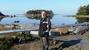 Cay Gustafsson vid Eidisvikens strand på Pellinge i Borgå