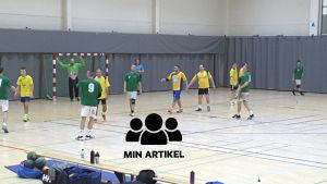 EIF anfaller mot KyIF i en handbollsmatch.