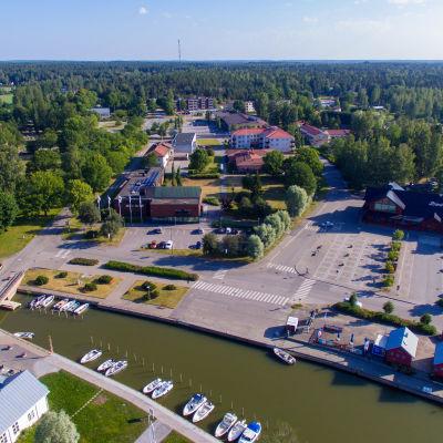 Helikopterbild av Ingå gästhamn och kommunhus