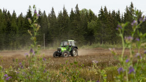 traktori pui viljaa