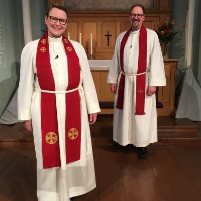 Camilla Svevar och Runde Lindblom vid altaret i Brändö kyrka i Vasa.