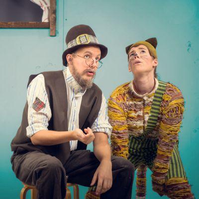 två skådespelare mot ljusblå bakgrund utklädda till Pettson och Fiindus