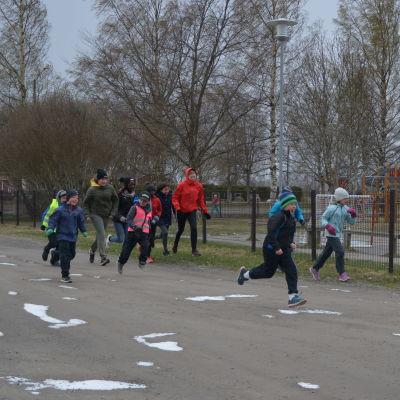 Barn springer ett skollopp.