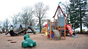 Klätterställningar i Lejonparken i Ekenäs.