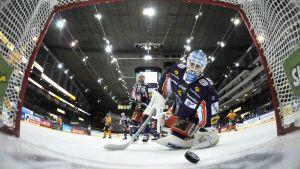 Pucken är i mål bakom Tapparas Juha Metsola.