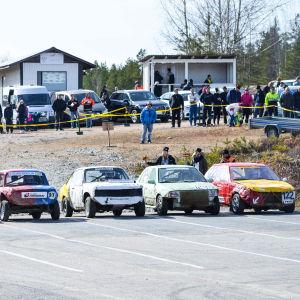 Varmanstävling med fem bilar på startstrecket.