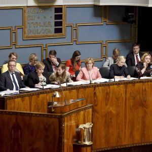 Ministrarna i regeringen Rinne sitter i plenisalen.